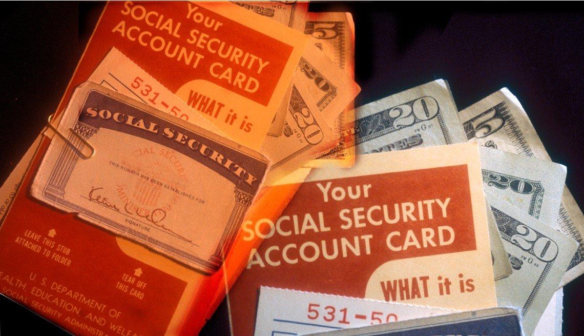 Tarjetas del Seguro Social con panfletos informativos y dólares.