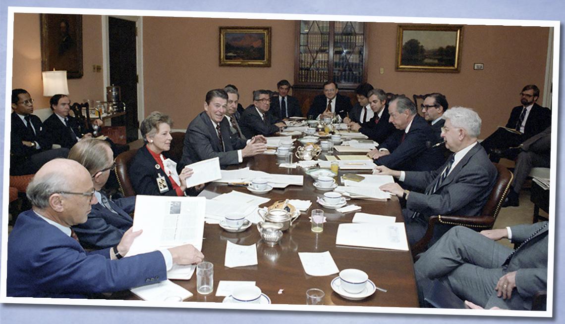 item 5 of Gallery image - Presidente Ronald Reagan con Weidenbaum, Martin Anderson y Alan Greenspan durante una reunión de la Junta de Consejeros Económicos en el salón The Roosevelt.