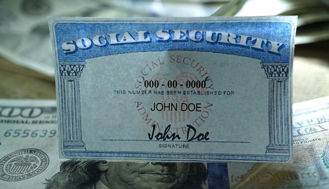 Tarjeta del Seguro Social sobre billetes de 100 dólares.