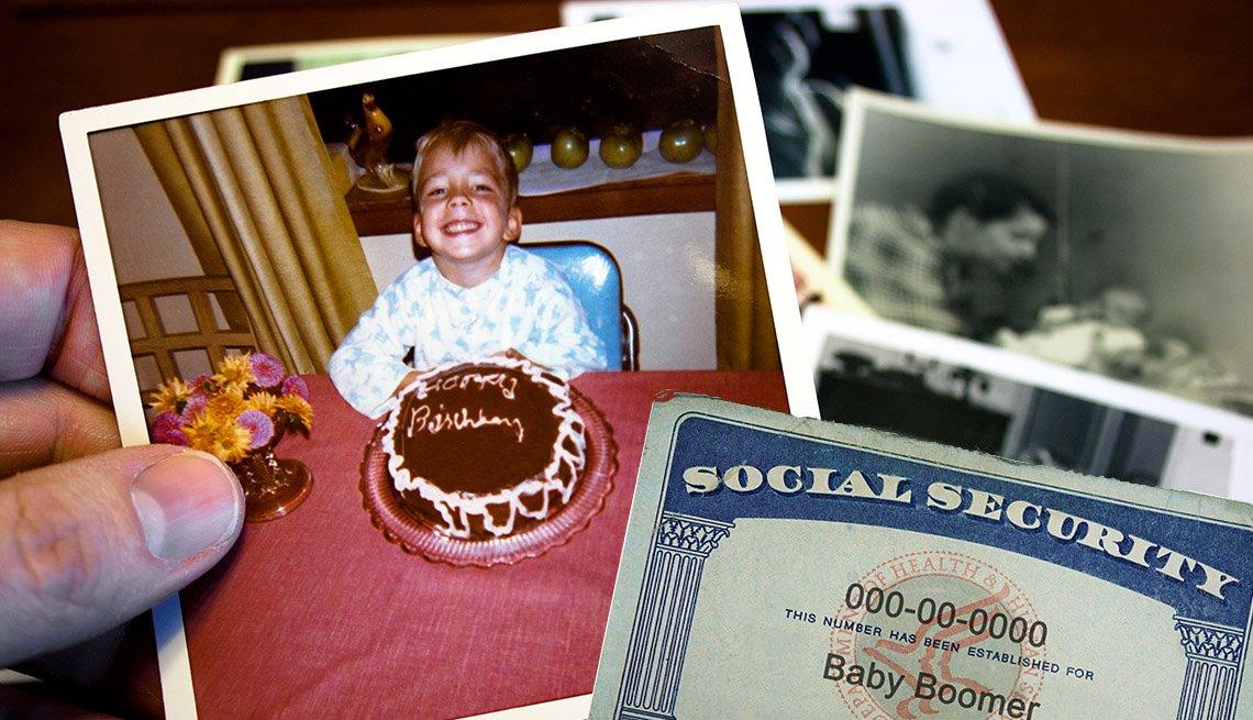 Mano sostiene una foto antigua de un niño que celebra su cumpleaños al lado de otras fotos en blanco y negro, y una tarjeta del Seguro Social.