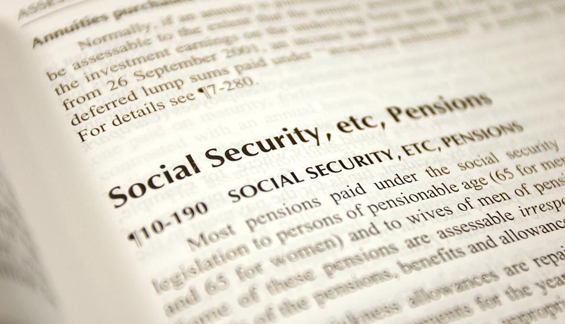 Libro con una página abierta que habla del Seguro Social