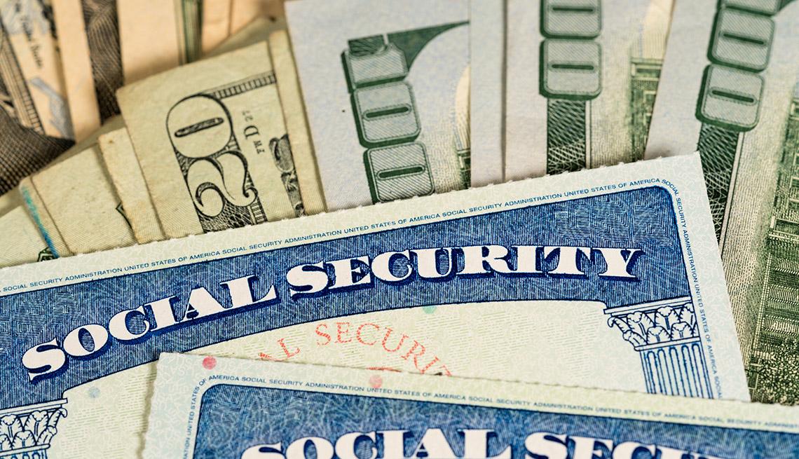 Tarjeta del Seguro Social sobre billetes de 100 dólares