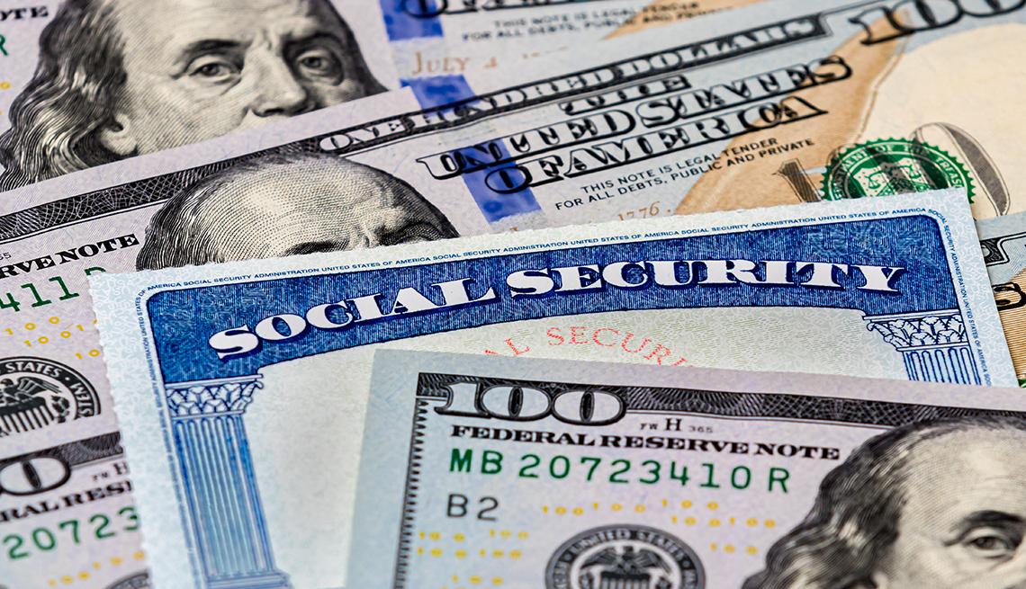 Tarjeta del Seguro Social me medio de billetes de 100 dólares