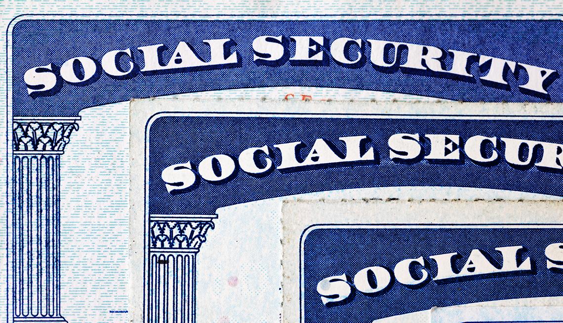 Vista detallada del la esquina superior izquierda de la tarjeta del Seguro Social en tres tarjetas