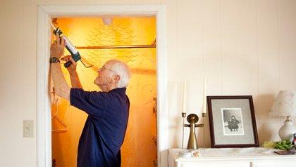 Jack Beckner arregla un armario en la preparación para el alquiler de un cuarto como una manera de complementar sus ingresos de la Seguridad Social.