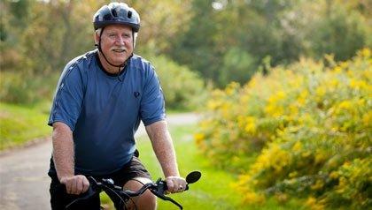 Bob O'Connell, monta en bicicleta, O'Connell fue parte de un esfuerzo de cabildeo a nivel estatal para asegurar la aprobación de la legislación de calles completas.