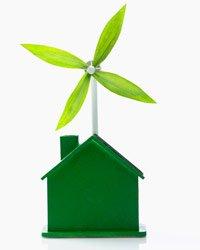 Una casa verde con un ventilador en el techo