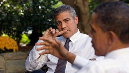 El presidente Barack Obama habla de Sudán, con George Clooney, durante una reunión fuera de la Casa Blanca en 2010.