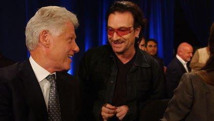Cantante del grupo U2, Bono, habla con el ex presidente Bill Clinton durante una reunión de la Iniciativa Global Clinton en Nueva York en 2005.