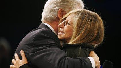 Barbra Streisand abraza el ex presidente Bill Clinton en una reunión de la Iniciativa Global Clinton en Nueva York en 2006.