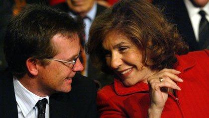 Michael J. Fox habla con Teresa Heinz-Kerry, esposa del candidato presidencial demócrata John Kerry, en 2004.
