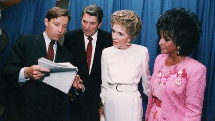 Presidente Ronald Reagan y la primera dama Nancy Reagan, con Elizabeth Taylor en un evento de 1987, relativo a la investigación del SIDA en Washington, DC