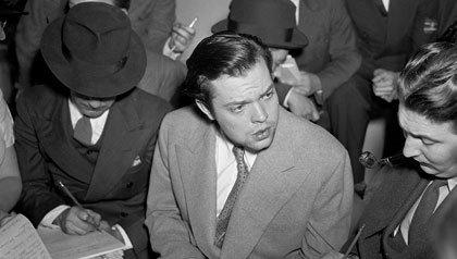 Orson Welles habla con los periodistas después de su transmisión: