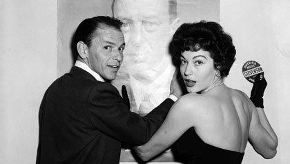 Frank Sinatra y la actriz Ava Gardner aparecen en una reunión en Hollywood para el candidato presidencial demócrata Adlai Stevenson en 1955.