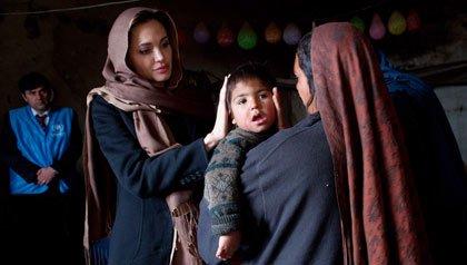 Angelina Jolie, como embajadora de buena voluntad del ACNUR, se reúne con un refugiado y su hijo menor en Kabul, Afganistán, en 2011.