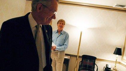Líder Minoritario del Senado, Harry Reid, DN.M. y Robert Redford en una conferencia en Washington, DC, en 2010