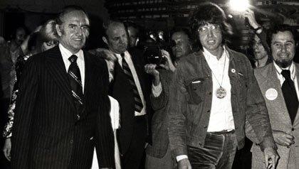 El senador George McGovern (izquierda) y Warren Beatty (a la derecha, con gafas), durante 1972 la campaña presidencial de McGovern