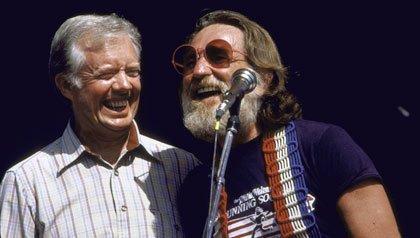 Willie Nelson canta ante el ex presidente Jimmy Carter en un concierto celebrando el 100 aniversario de Plains, Georgia en 1996