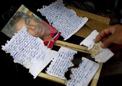Cartas escritas por el minero Mario Gómez que esta atrapado en una mina en Copiapo, Chile