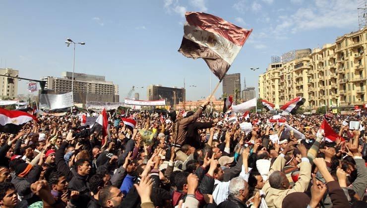 Manifestantes egiptos protestan en la plaza Tahrir de El Cairo el 6 de febrero de 2011 pidiendo la destitución del presidente Hosni Mubarak.