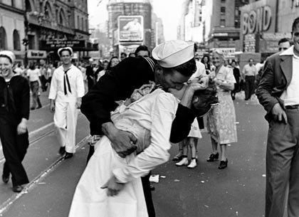 Nurse in Times Square Dies at 91