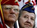 Veteranos con uniformes con las banderas - Día de los Veteranos 2011