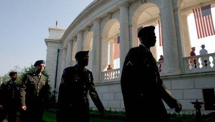 Soldados del Ejército de Estados Unidos desfilan por delante del anfiteatro en el Cementerio Nacional de Arlington el Día de la Recordación 2010.