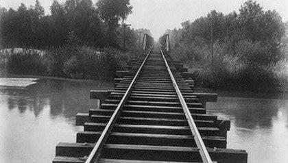 Vista de la vía férrea del puente del ferrocarril Southern Pacific sobre el canal Calloway en Kern County, California.