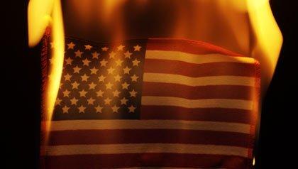 Bandera de los Estados Unidos de América en llamas