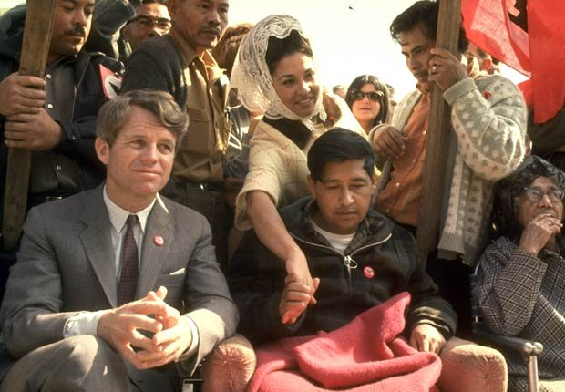 Robert F. Kennedy, en 1968, sentado junto a César Chávez (que se ve muy débil después de una prolongada huelga de hambre), durante una reunión en apoyo a la labor del sindicato liderado por Chávez, United Farm Workers.