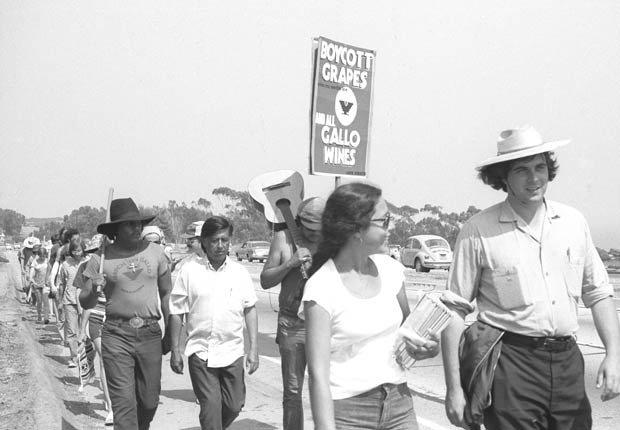 La Marcha de las 1000 Millas del sindicato United Farm Workers, llega a Malibu, California, en el verano de 1975. César Chávez, de blanco, es visible en la segunda fila de manifestantes.