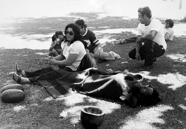 Helen Chávez (izq.), le hace masaje a los pies de su esposo, César Chávez, durante una pausa en la Marcha de las 1000 Millas organizada por el sindicato United Farm Workers y llevada a cabo en el verano de 1975. La caminata de 59 días llevó a decenas de miles de trabajadores agrícolas desde la frontera con México en San Ysidro a Salinas y luego desde el sur de Sacramento por el Valle Central hasta la sede del sindicato en La Paz-Keene, al sureste de Bakersfield, en California.