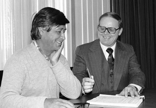 En 1978, el Secretario de Trabajo Ray Marshall (der.), firma un contrato de $500.000 con César Chávez, presidente del sindicato United Farm Workers, para proporcionar capacitación en el idioma inglés y otros servicios a unos 1.500 trabajadores agrícolas migrantes y estacionales.