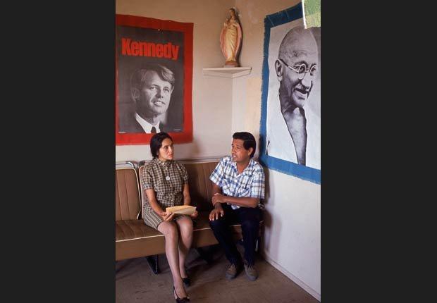 César Chávez (der.),  líder del sindicato United Farm Workers, junto a la activista Dolores Huerta, vice presidenta de la organización, durante la huelga de recolectores de uva, el 1 de enero de 1968.
