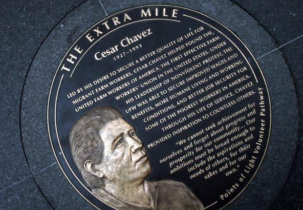 Monumento en honor a César Chávez, en Washington, D.C., que hace parte de The Extra Mile (La Milla Extra), una serie de medallones de bronce que forman un sendero de una milla a pocas cuadras de la Casa Blanca. Allí se honran a los fundadores de las principales organizaciones y líderes defensores de los derechos civiles, cuyos legados han influido en los movimientos sociales que continúan practicando e inspirando a la sociedad de hoy.