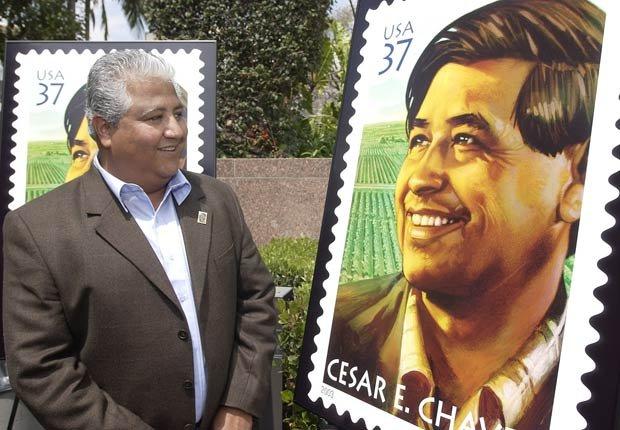 Paul Chávez, hijo de César Chávez , observa una réplica del sello del Servicio Postal de EE.UU. dada a conocer en Los Ángeles el 23 de abril del 2003, en conmemoración del décimo aniversario de la muerte del líder sindical.