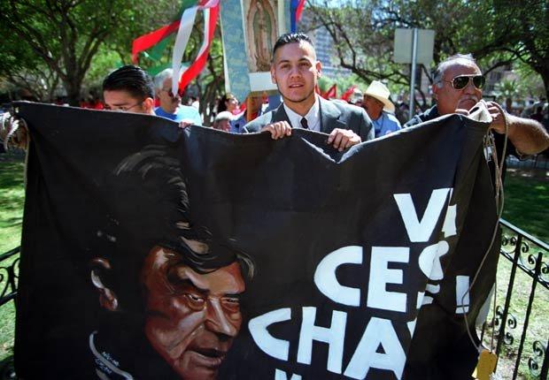 Ricardo Chávez, de 26 años, sobrino de César Chávez, sostiene una pancarta con la imagen de César, mientras lidera una procesión en El Paso, Texas, el 31 de marzo de 2000, aniversario del natalicio de uno de los defensores de los derechos civiles y organizador campesino más importante del país.