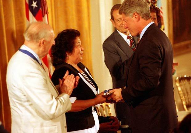 Helen Chávez, la viuda de César Chávez, recibe de manos del presidente Bill Clinton la Medalla Presidencial de la Libertad, otorgada póstumamente a César Chávez durante una ceremonia en la Casa Blanca en Washington, D.C. el 8 de agosto de 1994.