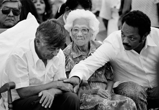 Momento durante la Misa en 1988 en que César Chávez pone fin a una huelga de hambre que duró 36 días y que se conocería posteriormente como el Ayuno por la Vida. A la derecha su madre Juana Estrada Chávez, y el reverendo Jesse Jackson, quien en solidaridad a su vez ese mismo día comenzó una huelga de hambre de tres días.