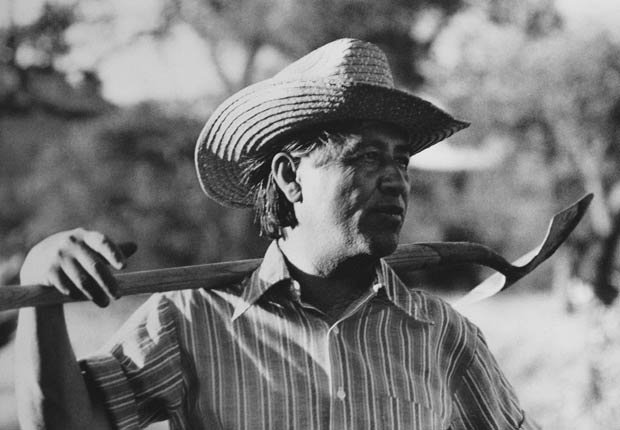 César Chávez, fundador de United Farm Workers (UFW), toma un descanso mientras trabaja en el jardín comunitario en la central de la UFW en La Paz, California, en 1975.