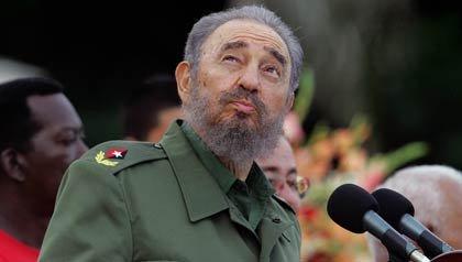 Fidel Castro mira al cielo durante un discurso