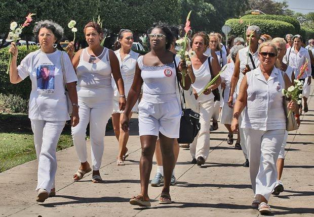 Las Damas de Blanco, el movimiento disidente de las mujeres cubanas relacionadas con los presos políticos, marcha en La Habana en 2005.