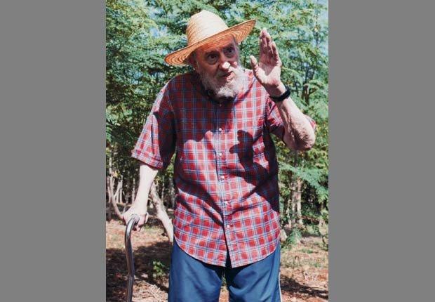 Fidel Castro se ve fuera en un jardín en 2012.