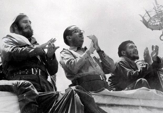 Fidel Castro, Osvaldo Dorticós y Ernesto Che Guevara, aplauden durante el desfile del Primero de Mayo en La Habana, 1961.