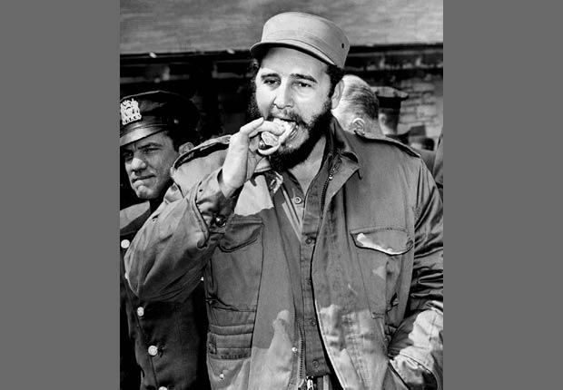 Fidel Castro comiendo un perro caliente en el parque zoológico de Bronx en Nueva York, 1959.