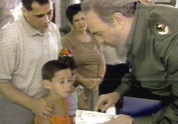 Fidel Castro saludo Elián González y su padre en La Habana, 2000.