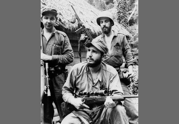 Líder guerrillero anti-Batista Fidel Castro y su hermano Raúl Castro, que operaban en el oriente de Cuba en 1957.