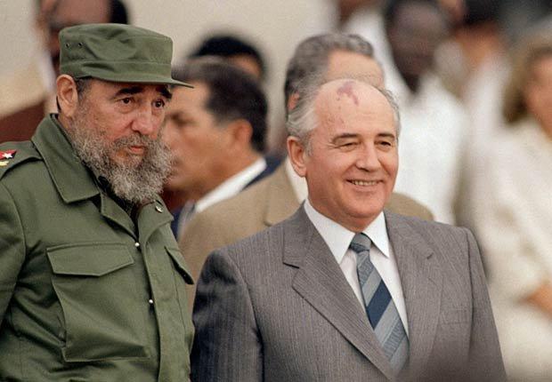 Fidel Castro habla con el presidente soviético Mijail Gorbachov en La Habana, 1989.