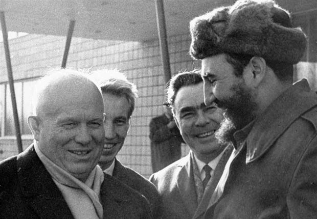 Nikita Khruschev saluda a Fidel Castro en Moscú, 1963.