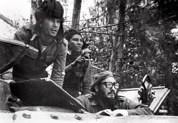 Fidel Castro se encuentra dentro de un tanque durante la invasión de Playa Girón en 1961.